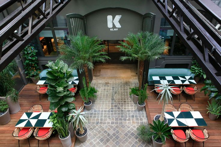 La table du club le Klay  4 bis rue Saint-Sauveur, 75002 Paris, fermeture le dimanche soir.