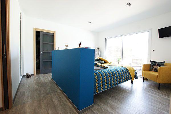 Suite Parentale Claire Bausmayer Architecte D Interieur Bleu Canard Jaune Moutarde Chambre Parentale Decoration Maison Tete De Lit Avec Rangement Deco Chambre