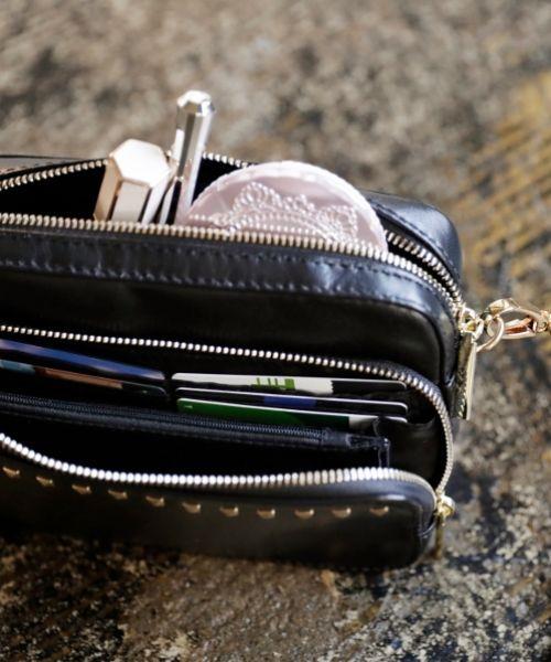 ≪追加生産決定!予約受付中!≫ 人気のウォレットバッグシリーズのNEWデザイン「好アクセントなスタッズバッグ」が登場! 両手の空くショルダーバッグはアクティブ派やママの強い味方! 旅行にもオススメのウォレットミニショルダーです!! -おすすめポイント- 【POINT1】小さいのに大容量 コインケースとカード入れ、パスポートが入るポケットや ファスナー付きポケットなどとにかく収納力が抜群。 バッグの背面にはスマホが入る大きさのサッシュポケットもあり、 デイリー使いにも旅先にも重宝できます。 【POINT2】ストラップは付け替え可能 ストラップはレザーとチェーンと2種類あり、付け替えができる2WAY。 デイリーにはレザー、ディナーやデートには女度が上がるチェーンになどシーンによって楽しめます。 ストラップをはずしてクラッチとして持っても◎です。 【POINT3】やわらかな羊革を使用 バッグのレザーは、羊の革を使用。ほどよいやわらかさで、手触りもよく軽いのが魅力。 上品で洗練された風合いで、リッチな雰囲気を醸し出してくれます。 かっちりしすぎずカジュアルな装いにも相性抜群のレ...