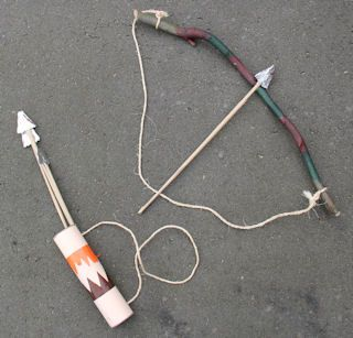 Faire un arc avec une branche de bois + ficelle, des flèche : bois + carton + aluminium et un carquois en carton décoré + ficelle