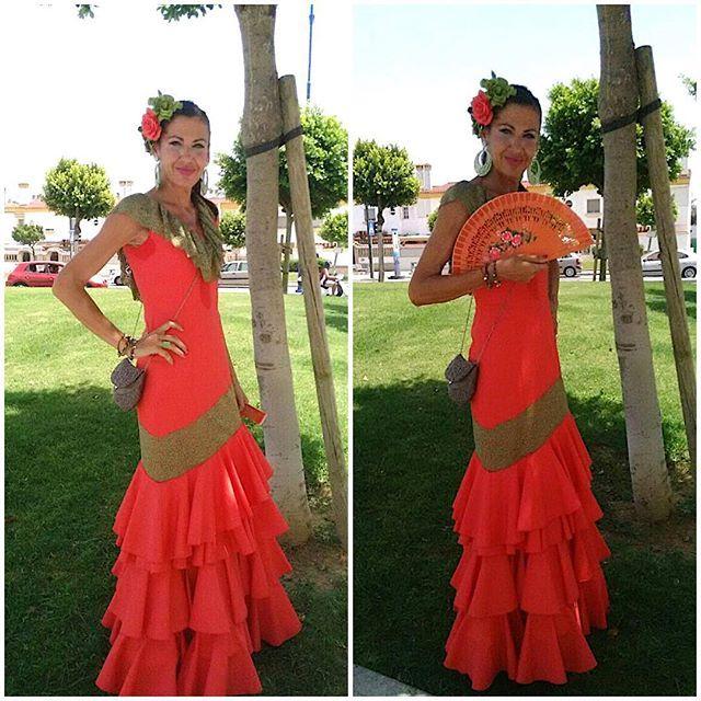 Nos siguen llegando imágenes de más clientes con nuestros diseños. En este caso, Carmen quiso lucir este traje coral con el escote en blonda verde cacería el día de la mujer en la Feria del Carmen y de la Sal de San Fernando. ¡Muchas gracias, Carmen! ❤️                                                                                                                                                      Más