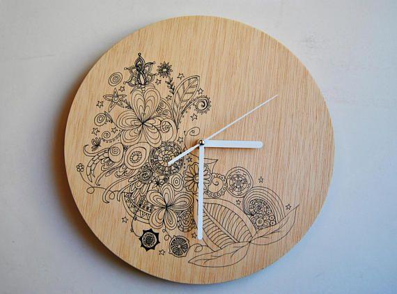 Pintado a mano. Reloj de pared de madera contrachapada. Silencioso.