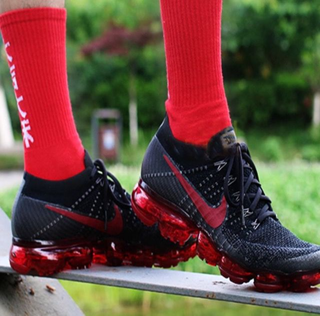 The Nike Air VaporMax Flyknit 3 features flowing, 2 tone