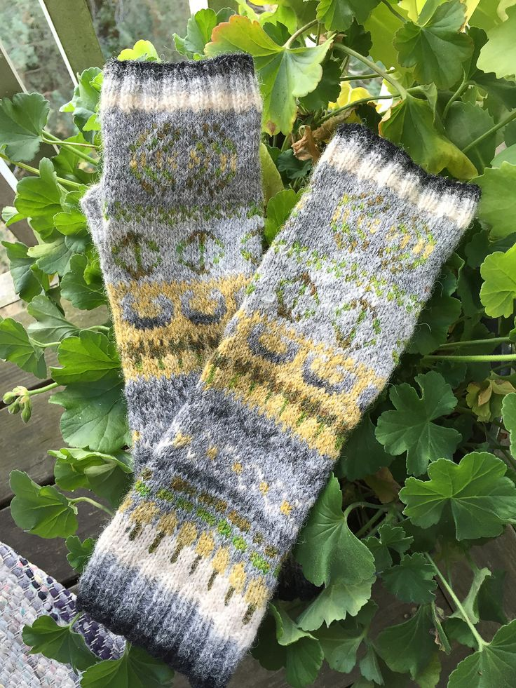 Subtle shading in Ulrica's mitts - made during the first MITTSONIK, using The KNITSONIK System
