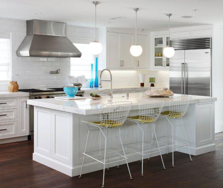 Яркие акценты на белоснежном фоне кухни