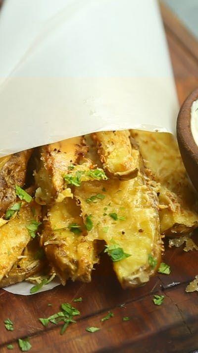 Receta con instrucciones en video: ¡Disfruta de este aperitivo sabroso! Ingredientes: 4 patatas grandes cortadas a lo largo4 cdas. de aceite de oliva, 2 cditas. de sal, 2 cditas. de ajo en polvo, 1/2 taza de queso parmesano rallado