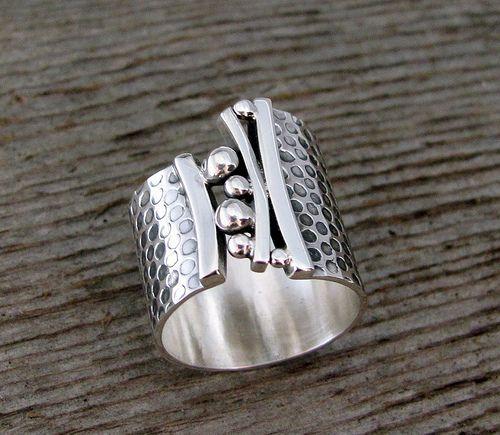 Brücken-Ring. Ein wunderschönes Band aus Sterling dehnt sich mit Anmut über den Finger aus