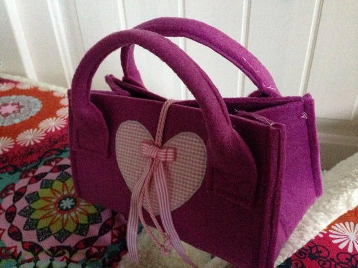 torebka zrobiona z filcu byla pomyslem na opakowanie prezentu, pozniej torebka dla malej dziewczynki :)