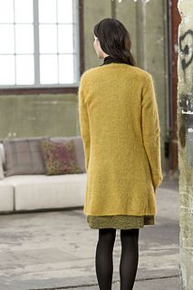 The coat / long cardigan is knitted in one piece to the arms, the continued separately. It is not fastened in the front.
