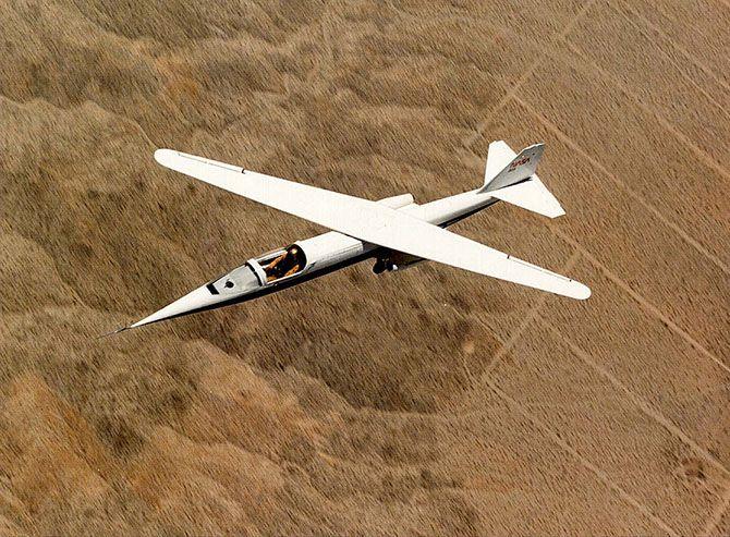 Необычные самолёты  Кособокий. Ames AD-1 (Эймес АД-1 ) — экспериментальный и первый в мире самолёт с косым крылом Ames Research Center и Бёрта Рутана. Был построен в 1979 году и совершил первый полет 29 декабря того же года. Испытания проводились до начала 1982 года. За это время AD-1 освоили 17 летчиков. После закрытия программы самолёт поместили в музей города Сан-Карлос, где он находится до сих пор: