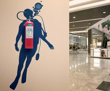 Arte emergente: Bucear en un centro comercial y luego salir a flote usando un extintor de emergencia.