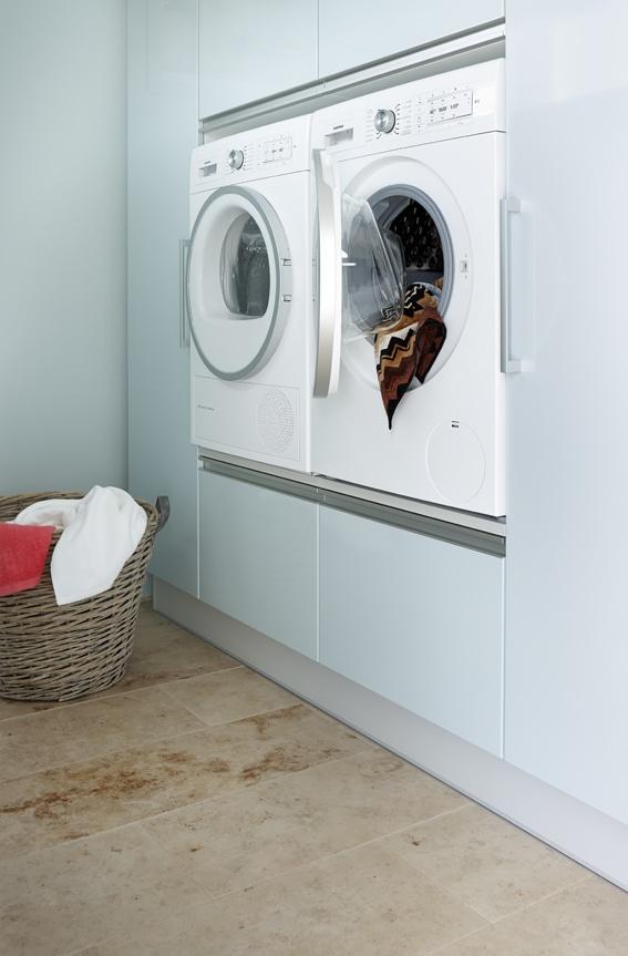 Pyykinpesukone ja kuivausrumpu korotettu ergonomiselle tasolle.: