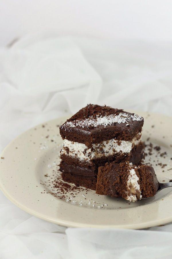 O prajitura delicioasa, cu blat fin de cacao si ganache de ciocolata, completat de o spuma de frisca cu bucati de batoane de caramel. Ingrediente: Blat(3 foi): 5 oua 130 g zahar 100 ml apa 100 ml lapte 100 ml ulei 200 g faina 50 g cacao 10 g praf de copt esenta de …