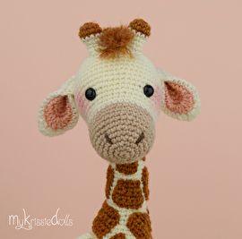 Girafje Romy ;is met sokkenwol gehaakt en wordt zittend dan ongeveer 23 ;cm hoog. Werk je met ander garen let er dan op dat de uiteindelijke grootte zal afwijken.