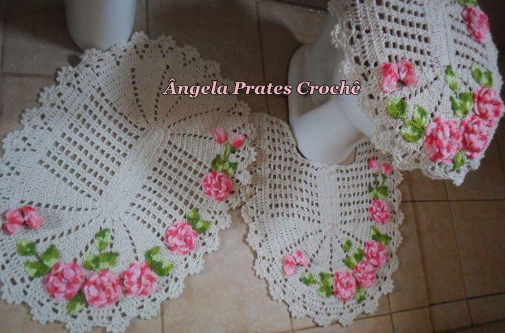 Olá pessoal,hoje trago este jogo de banheiro cru com flores viciadas em crochê na cor rosa.  Usei Camila+ na cor rosa para as flores e verd...