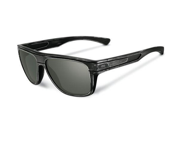 OAKLEY napszemüveg Breadbox Black Decay/ Dark Grey. Az Oakley napszemüveg lencse a saját fejlesztésű HDO - High Definition Optics® (Magasan meghatározott optika) technológiával készült, melyet a világ legnagyobb sportolói által támasztott követelmények alapján fejlesztettek ki. Átlátszósági-, prizma- és fénytörési összehasonlító tesztek igazolják, hogy a HDO lencsén keresztül sokkal pontosabban és élesebben látunk, mint a hagyományos napszemüvegekben. KATTINTS IDE!