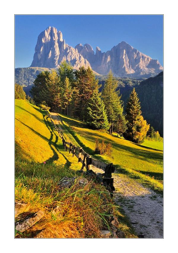 Le Dolomiti o Monti Pallidi, sono un insieme di gruppi montuosi delle Alpi Orientali italiane. Si estendono tra le province di Belluno, Bolzano, Trento, Udine e Pordenone e sono patrimonio dell'umanità dell'UNESCO. Ideali le vacanze sia durante l'inverno che l'estate, sia per chi ama rilassarsi che per chi ama gli sport o i panorami mozzafiato. Tante strutture diverse dove prenotare su: www.bbplanet.it/dormire/dolomiti/