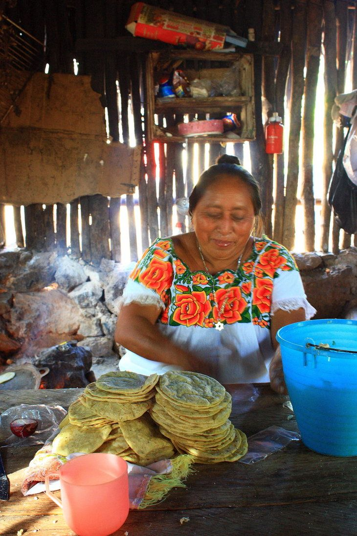 Tortillas de maíz, hechas a mano - Street food in Mexico