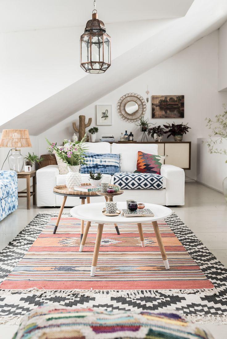 Dekoideen für das Wohnzimmer im Boho vintage Look mit Kelim Kissen und Teppichen, Pflanzen und bunter Deko mit Ethno Mustern // leelahloves.de