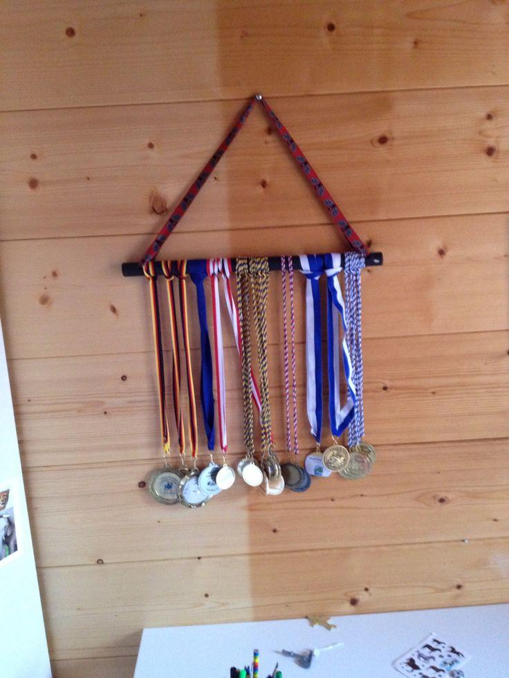 Platz Für Viele Medaillen: Ein Alter Besenstiel, Farbe, Kordel   Fertig Ist  Die