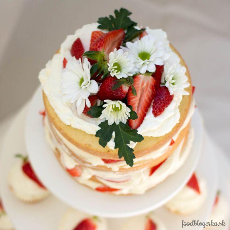 Som marcipánofil a ako malá som vždy vyjedala z tort ružičky. Ostalo mi to dodnes. To však nemení nič na tom, že sa mi páčia prirodzené naked torty s kopou ovocia dozdobené kvetmi a kopou krému či …