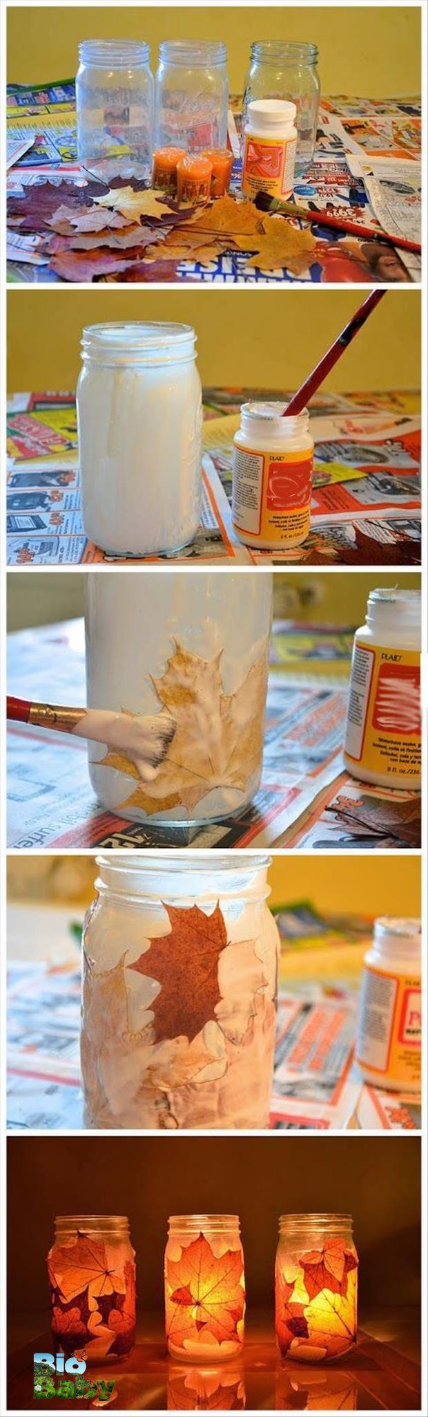 Recolecta hojas secas, adhiérelas con pegamento a un frasco de vidrio vacío y pon una vela adentro.