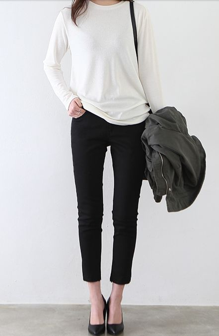 Chic Style - slouchy white top, capri pants & black pumps