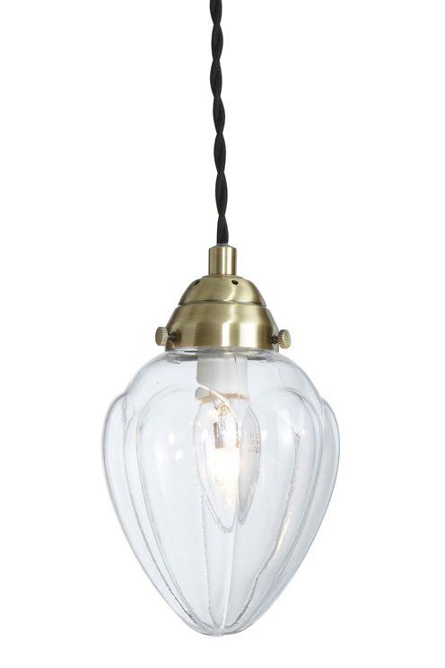 Fönsterlampa av metall och klarglas. Tvinnad textilkabel, längd 3,5 m, med strömbrytare. Väggkontakt. Liten sockel. E14. <br><br>