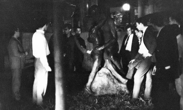 """Estudantes de Direito da USP retiram a peça """"Beijo Eterno"""" da Avenida 9 de Julho em 18/10/1966 e a levam para o Largo São Francisco, o """"Território Livre"""""""