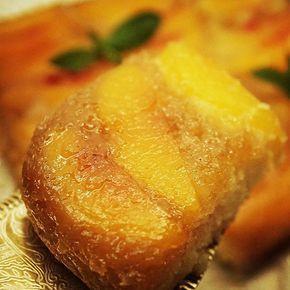"""Que delicia esta torta que hice hace unos días!!! Torta Invertida de Duraznos! Aprovechemos los duraznos que siguen riquísimos! Y si están en algún lugar donde no hay, recomiendo usar ciruelas, anana, manzana, mango, hasta banana... todos sirven y queda delicioso!  Ingredientes:  Para el """"fondo"""" de la torta: * 1/4 taza de manteca (50 grs) * 1/2 taza azúcar negro o rubio (o mascabo) * 4-5 Duraznos (NO muy maduros)  Para la torta: * 1/2 taza de manteca a temp ambiente * 3/4 taza de azucar..."""