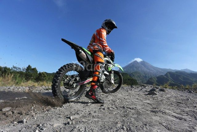 Selain menggunakan jeep atau land rover atau kendaraan roda empat untuk menikmati lava tour Merapi, bisa juga menggunakan motor trail untuk menikmatinya. (Benedictus Oktaviantoro/Maioloo.com)