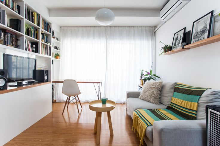 Living con toques de amarillo. Mesita tipo bandeja y silla Eiffel.