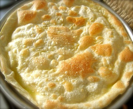 Focaccia croustillante à l'huile d'olive garnie de fromage crémeux Crescenza, qui peut être remplacé par un autre fromage au choix - Focaccia di Recco fatta in casa