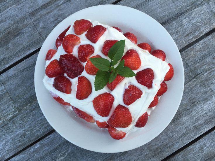 Een lekker koolhydraatarm nagerecht- of snack, aardbeien cake. De bodem van deze aardbeien cake is echt super lekker en heeft iets weg van een eierkoek met amandelsmaak.