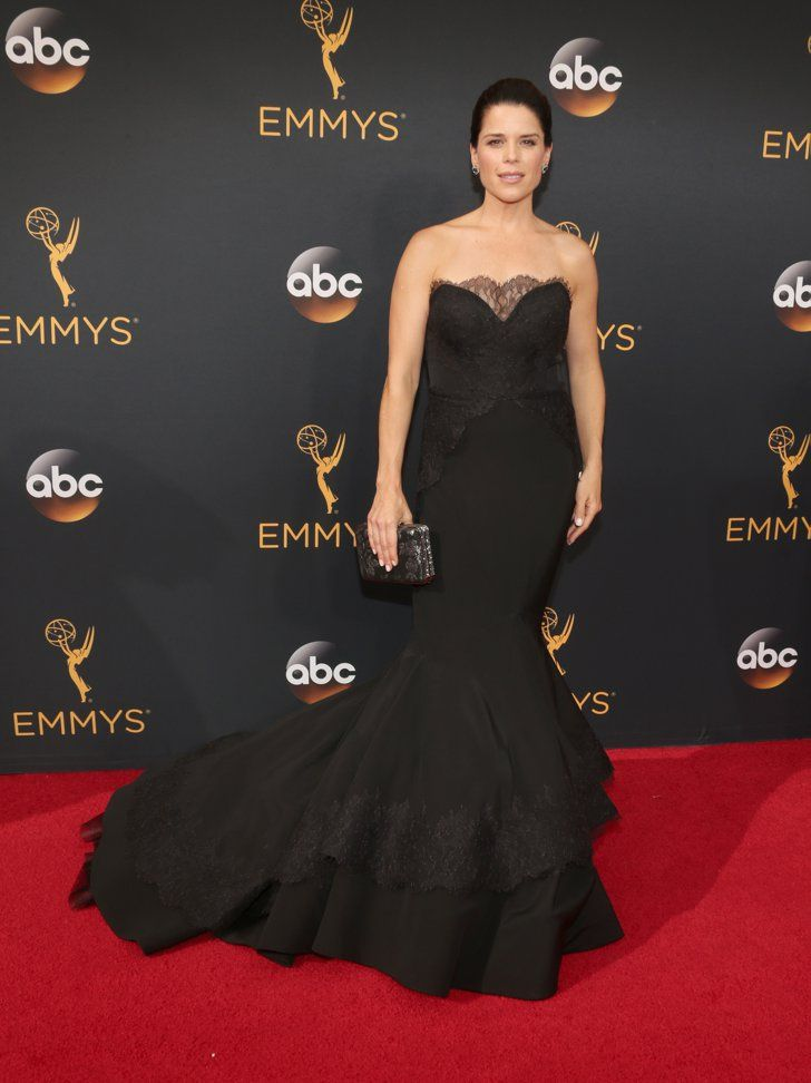 Retour Sur le Tapis Rouge des Emmy Awards 2016 Neve Campbell Portant une tenue signée Christian Siriano.
