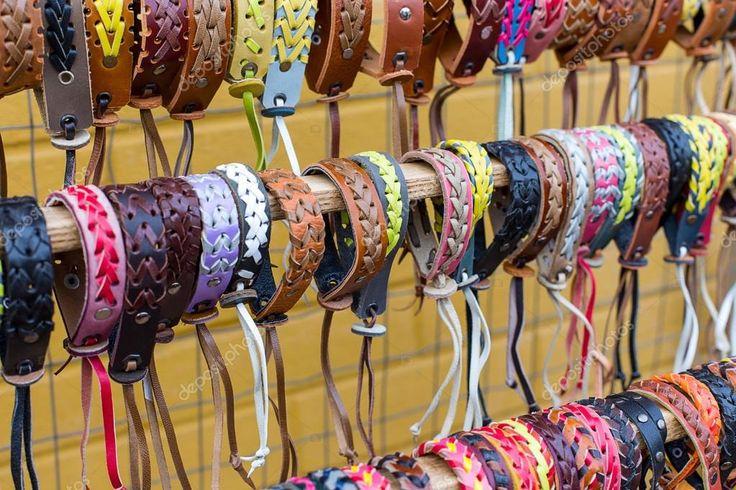 Sok különböző bőr és textil karkötők — Stock Photo