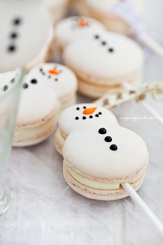 Recipe: How to make Snowman Macaron Lollipops!