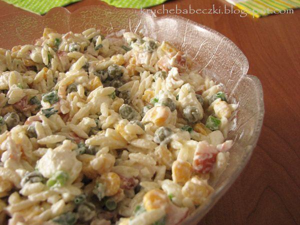 Sałatka z makaronem ryżowym i wędzonym kurczakiem :)