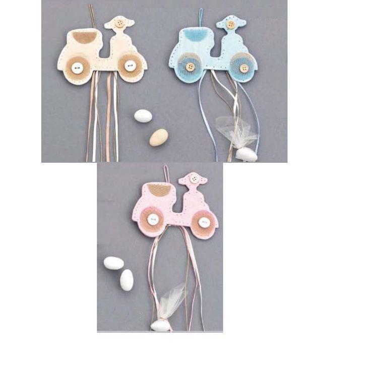 Κρεμαστή Μπομπονίερα βάπτισης βέσπα με μαγνητάκι. Διαθέσιμη σε μπεζ, γαλάζιο, ροζ και σε φυσικό χρώμα με συνδιασμούς χρωμάτων κορδέλας. Σημειώστε στα σχόλια της παραγγελία σας ποια/ποιες εκδοχή προτιμάτε. Μπορείτε να διαλέξετε όποια και όσα χρώματα προτιμάτε.  Ελάχιστη παραγγελία 24 τεμάχια.  Στ