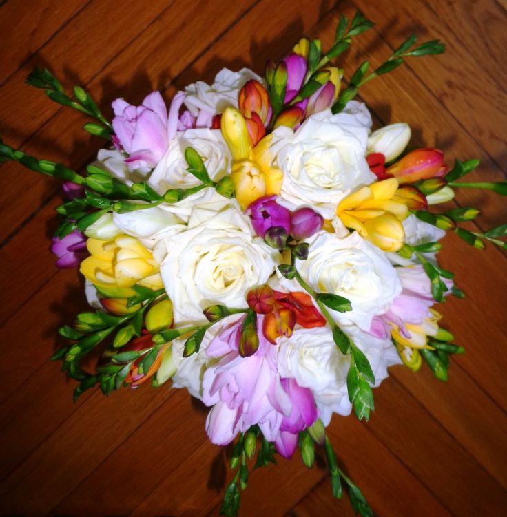 buchet mireasa cu trandafiri albi si frezii multicolore