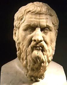 31.- Platón: Nacido el 427 a. C. en Atenas o Egina. Platón se llamaba en realidad Aristocles. Pertenecía a una familia noble. Su padre, Aristón, se decía descendiente del rey Codro. Proclamado discípulo de Sócrates, aceptó su filosofía y su forma dialéctica de debate: la obtención de la verdad mediante preguntas. En el año 387 Platón fundó en Atenas la Academia. Se daban materias como astronomía, biología, matemáticas, teoría política y filosofía. Aristóteles fue su alumno más destacado.
