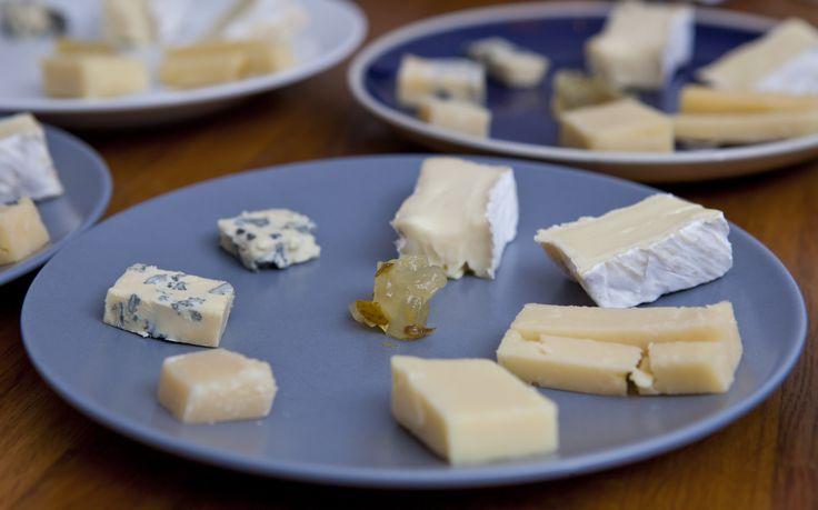 På ost- och vinprovningen provsmakar du flera olika ostar med tillbehör och noggrant utvalda röda och vita viner.