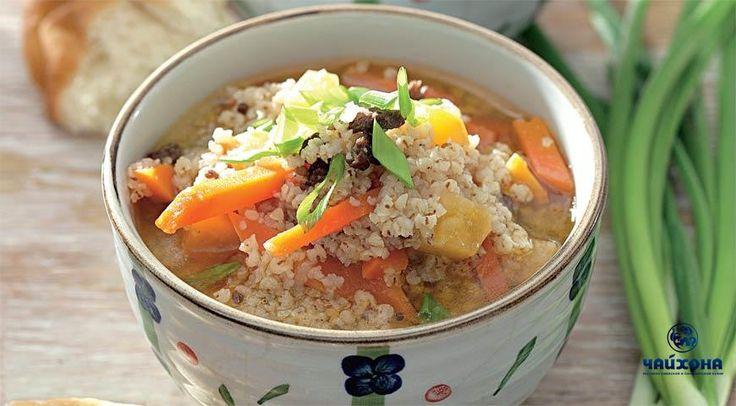 Сок оши Ингредиенты 500 г мякоти баранины 1,3 стакана пшена 2 средние луковицы 1 средняя морковка 2 небольшие картофелины 150 мл растительного масла 1 ст. л. смеси свежемолотых специй: кориандр, зира и красный острый перец соль 2–3 пера зеленого лука для подачи Приготовление Шаг 1 Мясо нарежьте как можно более мелкими кусочками, как на фарш. Шаг 2 Лук нарежьте тонкими полукольцами, морковь – мелкими брусочками, картофель – кубиками. Шаг 3 Разогрейте пустой казан или большую кастрюлю с…