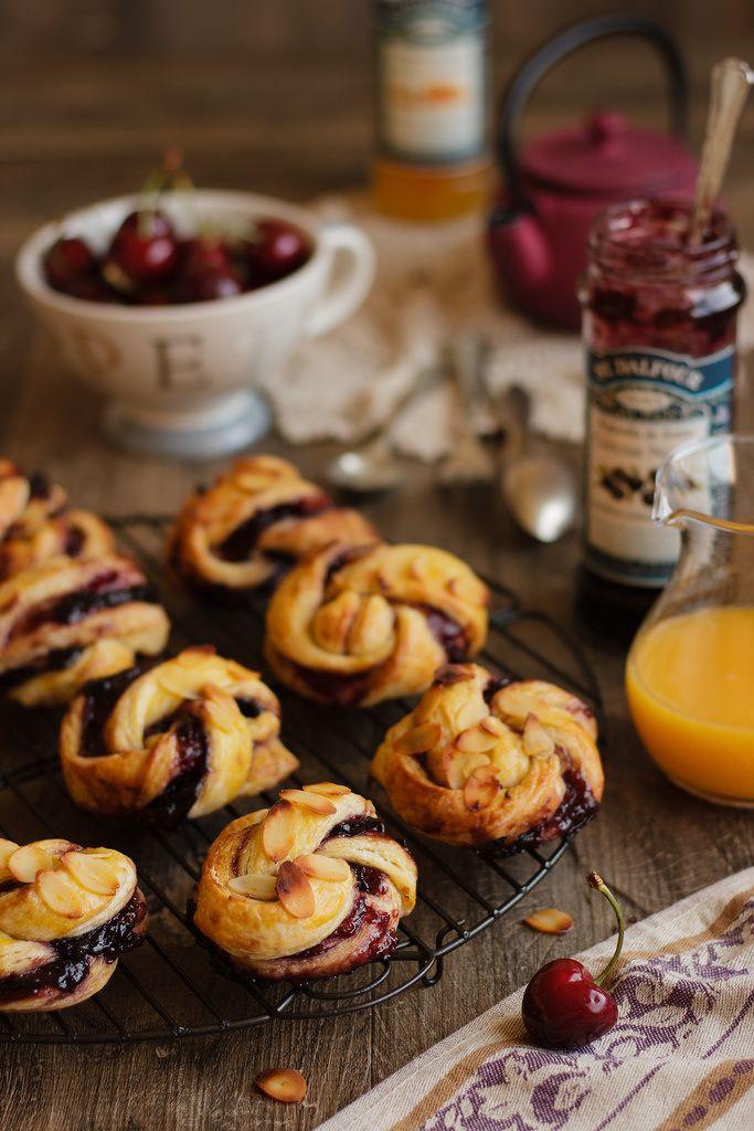 Nudos de hojaldre rellenos de mermelada de cerezas,c on receta pasó a paso