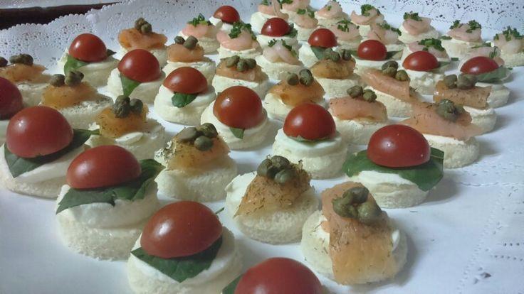 Canapés tradicionales... Queso fresco - tomate cherry- albahaca/ queso crema- salmón ahumado- alcaparras/ camarón- queso crema- ciboulette
