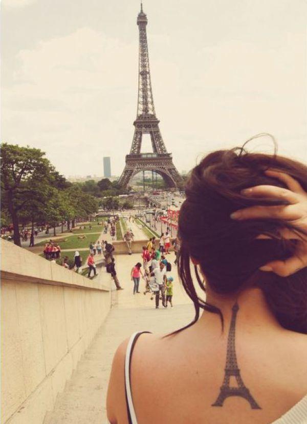 Der Eiffelturm in Paris als großes Tattoo für den ganzen Rücken in der Mitte bis zum Hals und Nackenbereich