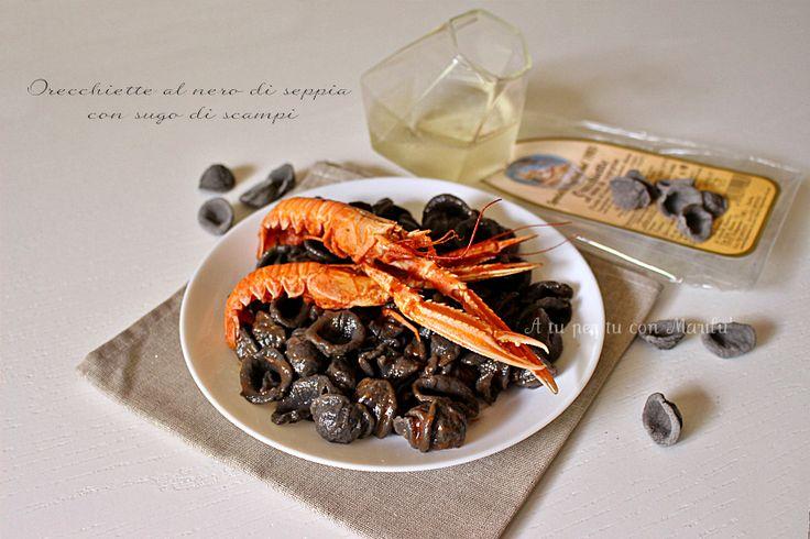Le Orecchiette al nero di seppia con sugo di scampi sono un'idea carina di portare in tavola un formato di pasta al nero di seppia carino ed originale