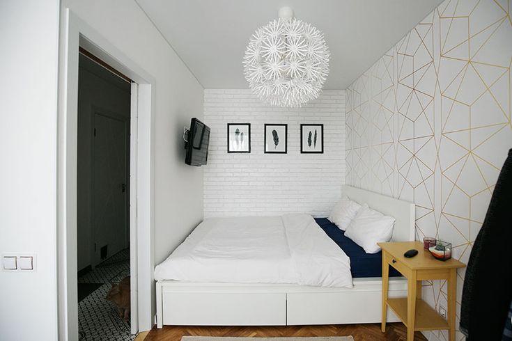 спальня, перо в интерьере, кровать мальм икеа, тумба хэмнес, кирпичная стена , геометрические обои, кровать в нише, телевизор напротив кровати