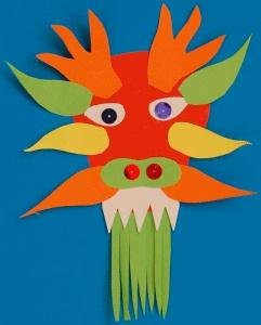 Hlava čínského draka z barevných papírů.