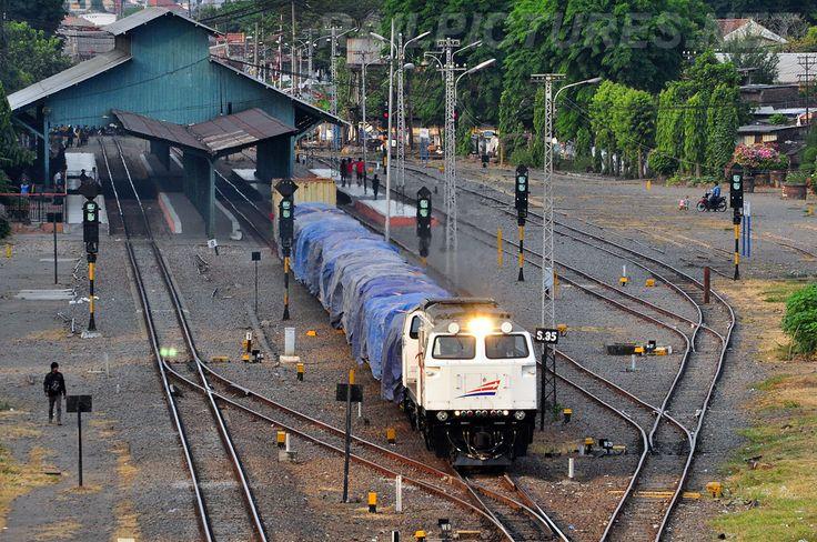 Stasiun Wonokromo kini hanya memiliki empat jalur dari semula berupa tujuh jalur, yang kemudian berkurang menjadi lima jalur dan akhirnya berkurang menjadi empat jalur.